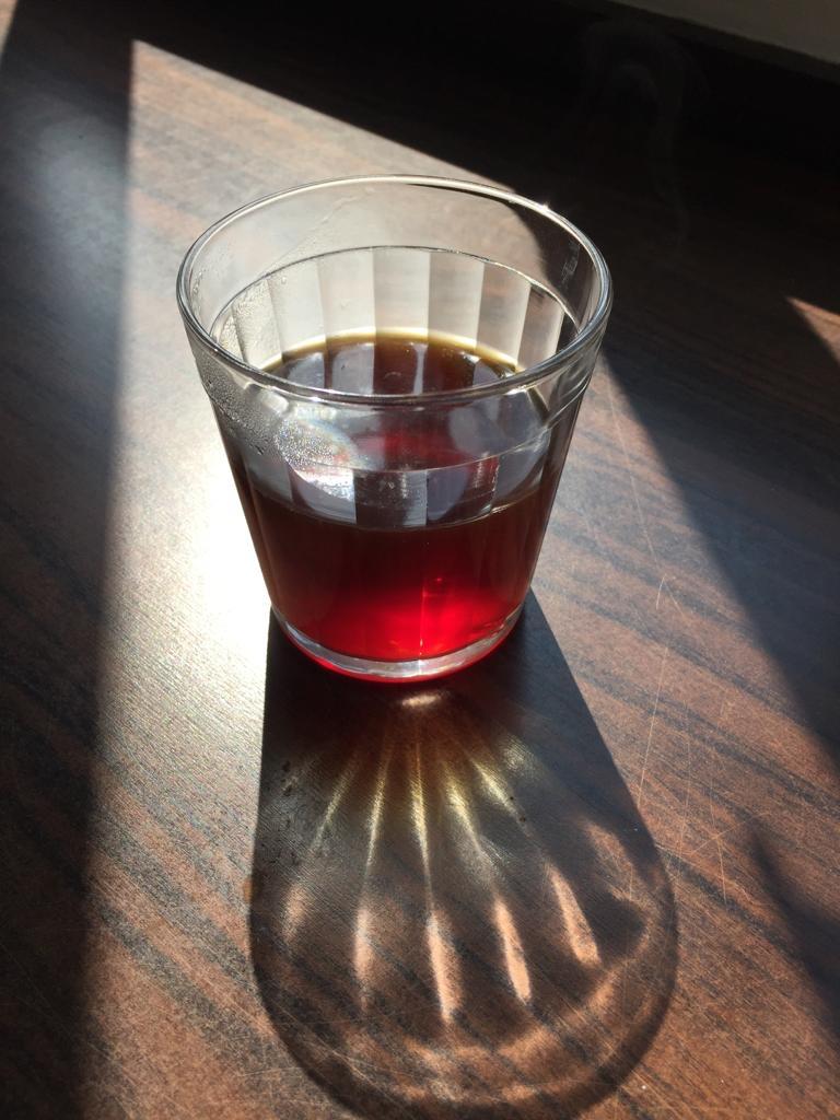 Copo de vidro com café coado