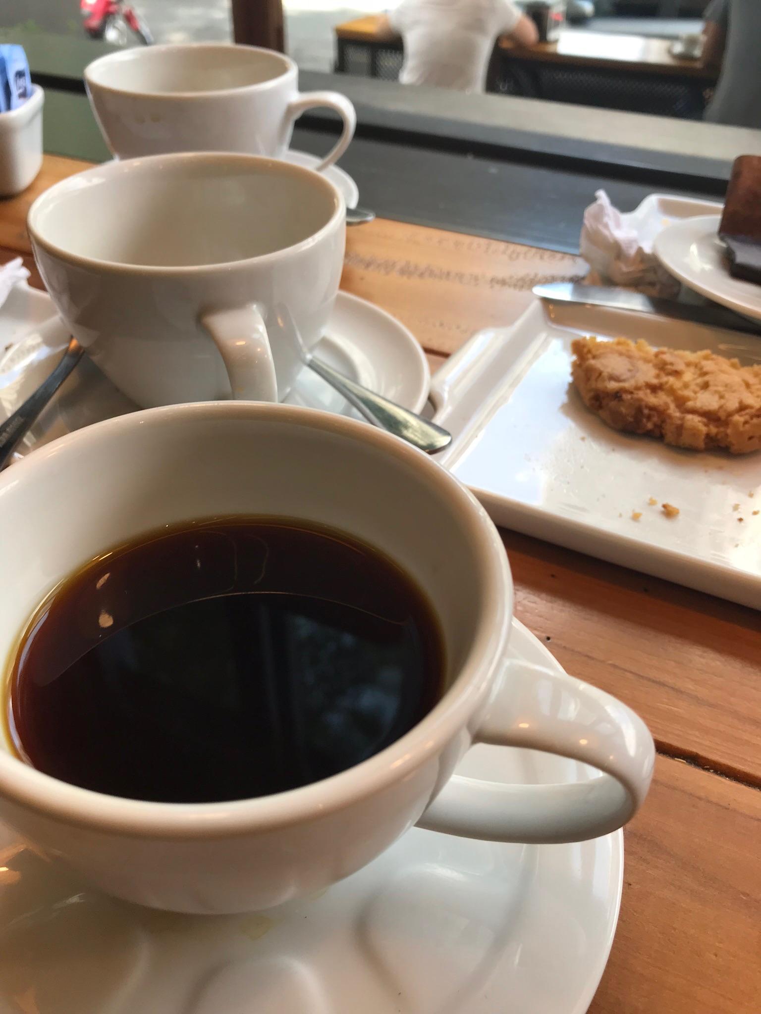 Xícaras de café, duas vazias uma com café