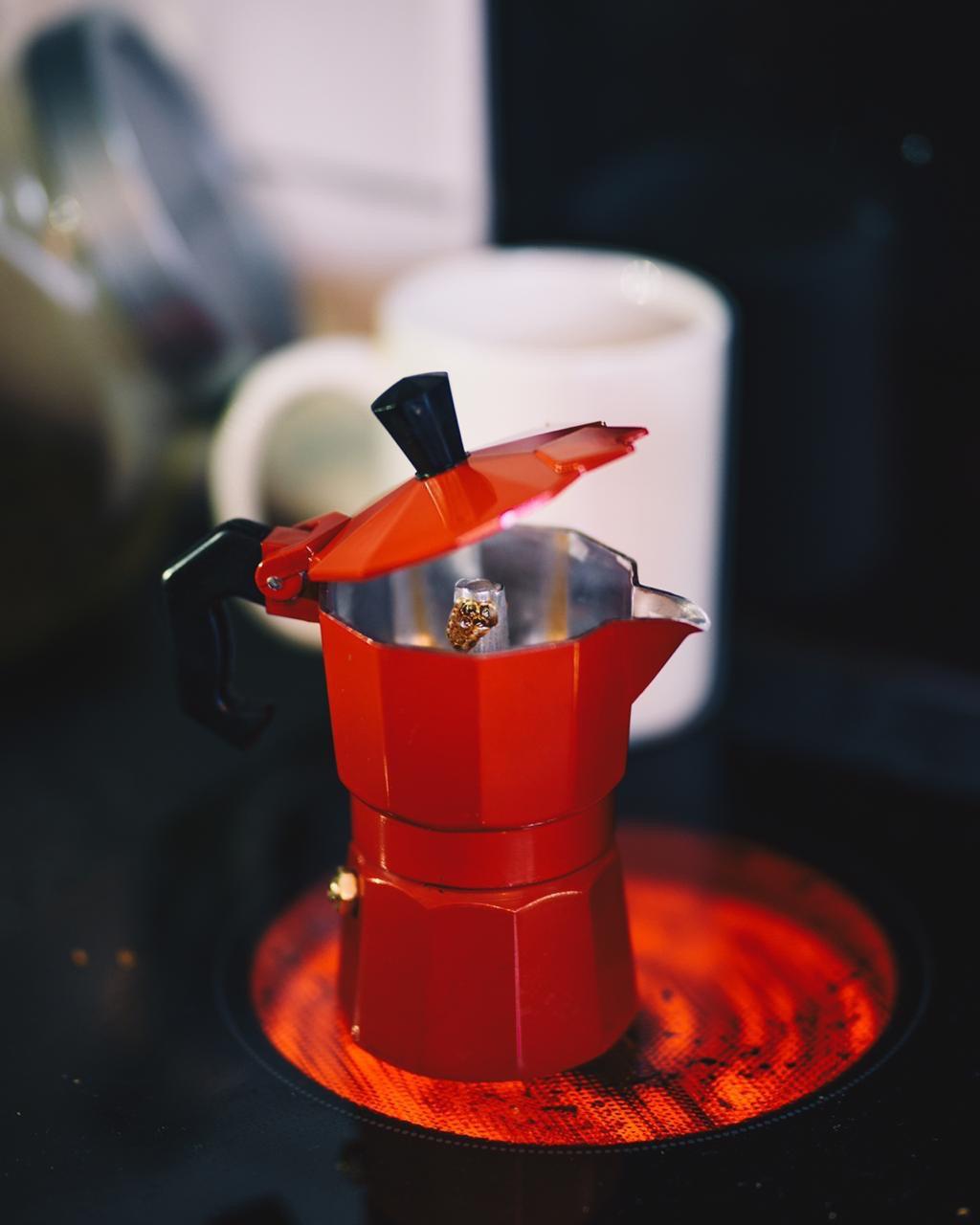 Café sendo extraído na Prensa Italiana vermelha