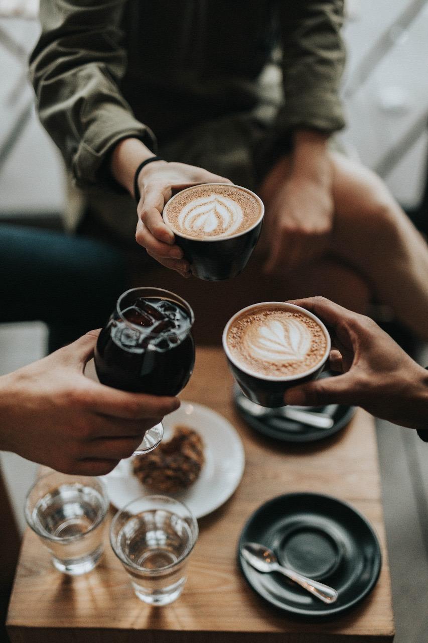 Mesa de café com amigos