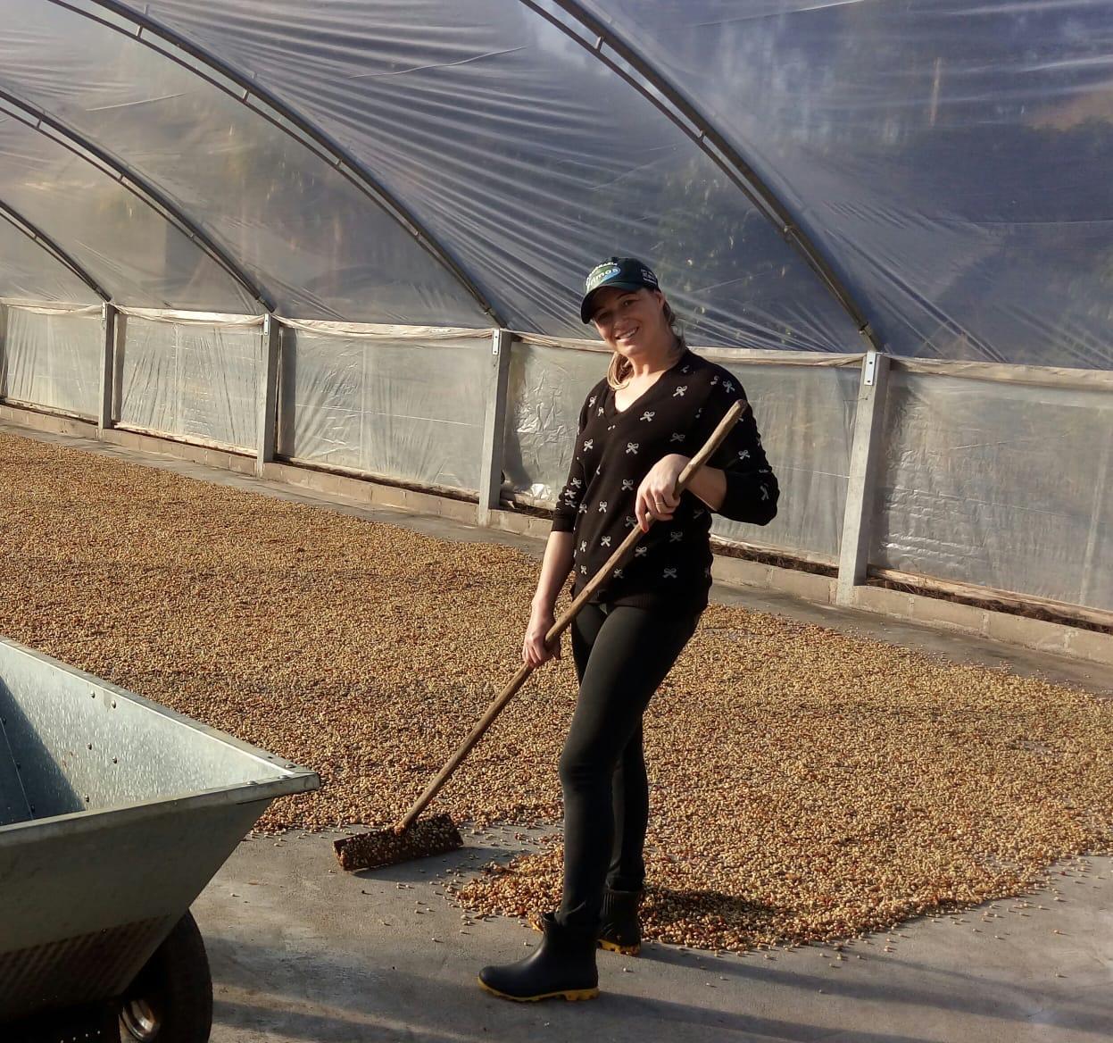 Alessandra rodando café no terreiro