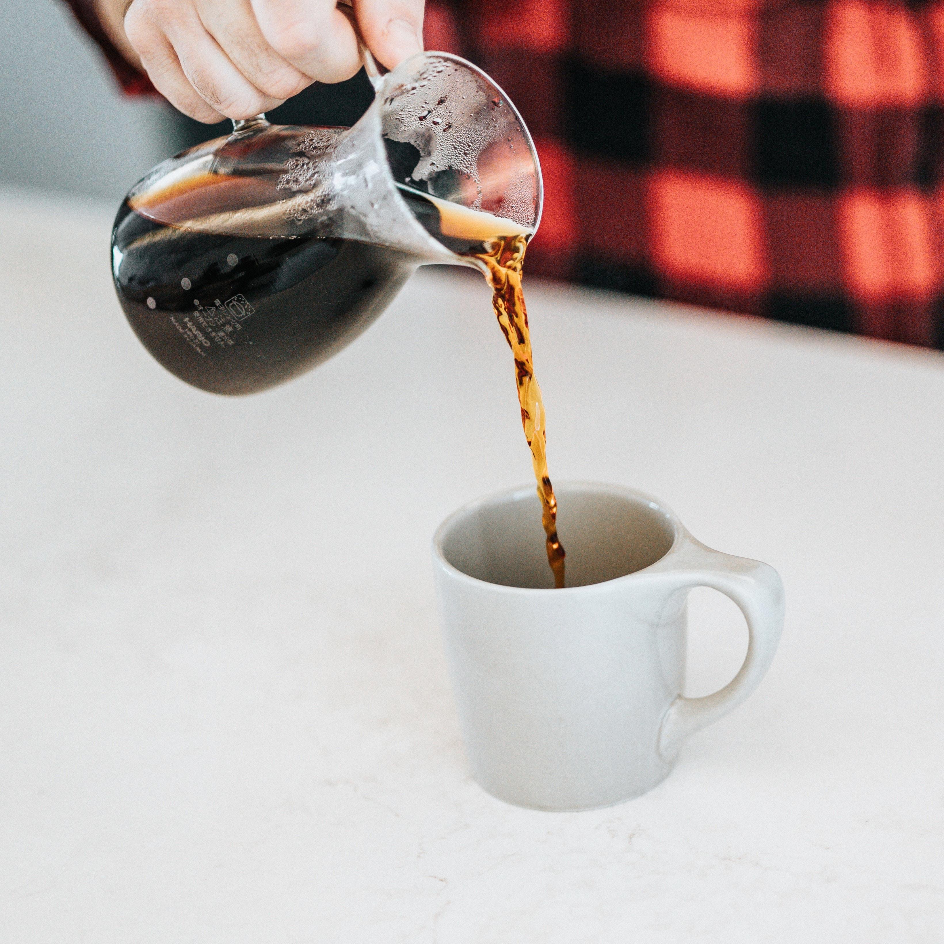 Café sendo servido na jarra de vidro