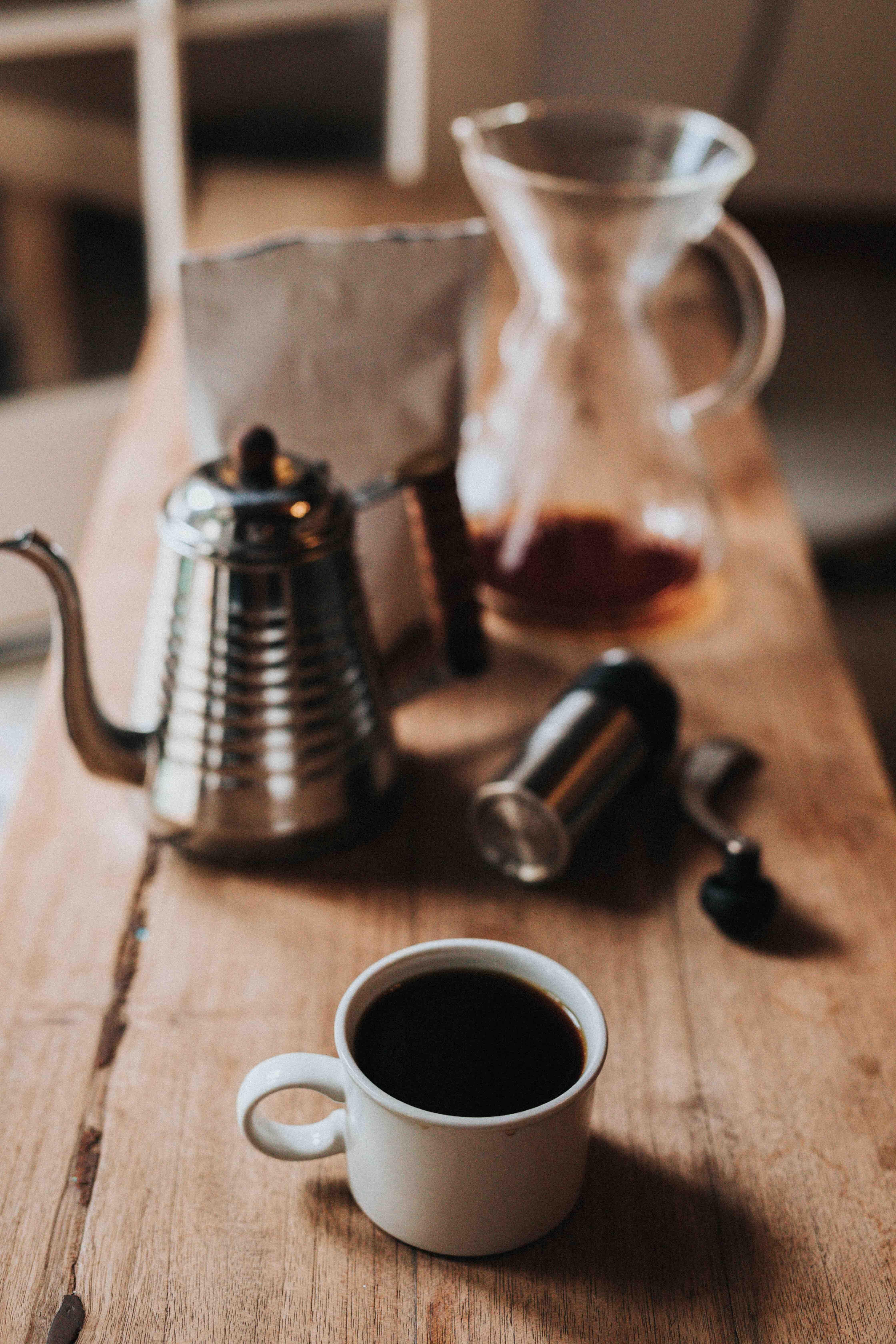 Mesa com utensílios de café coado