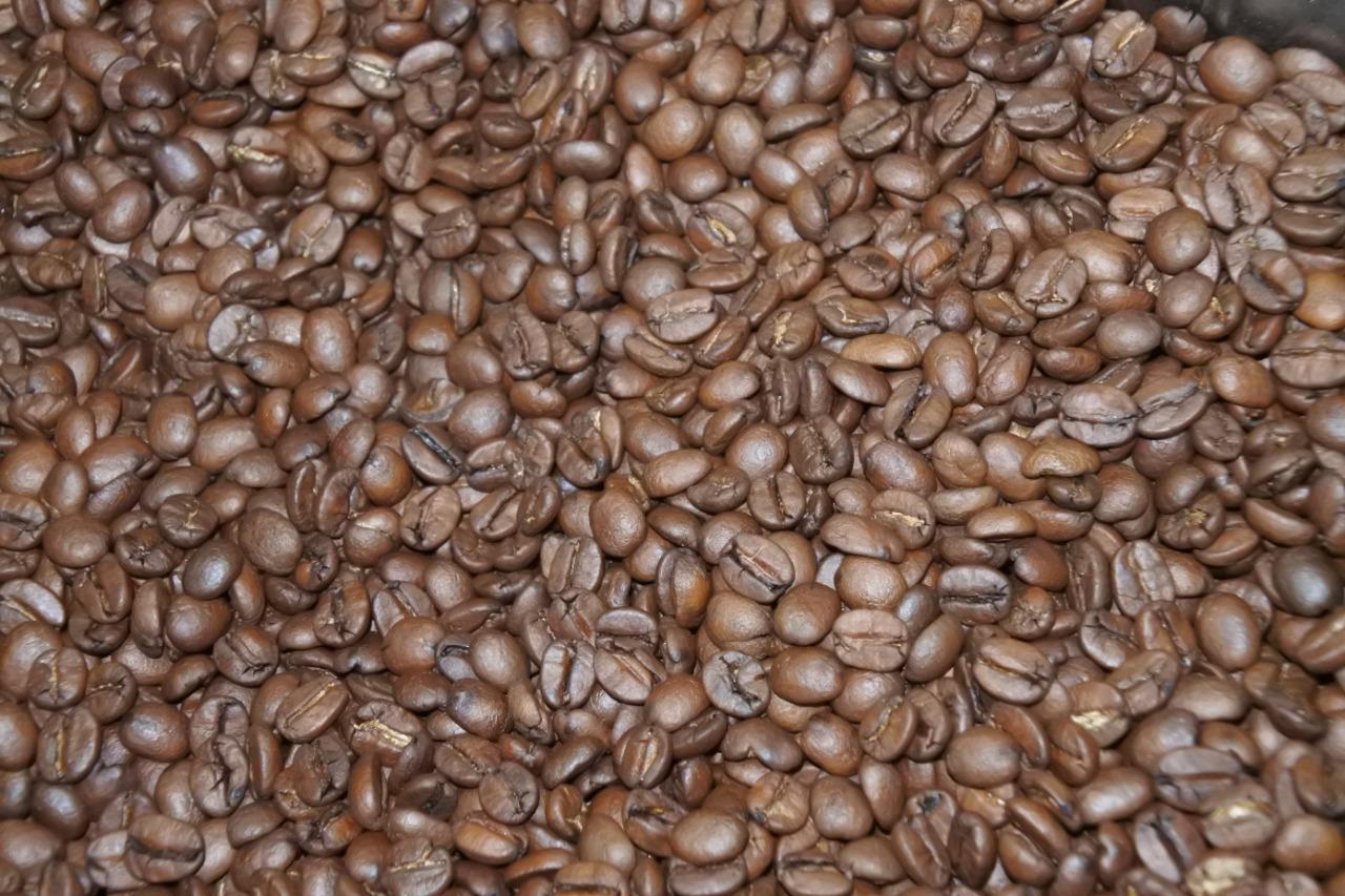 um mundo de café fresquinho saindo do torrador